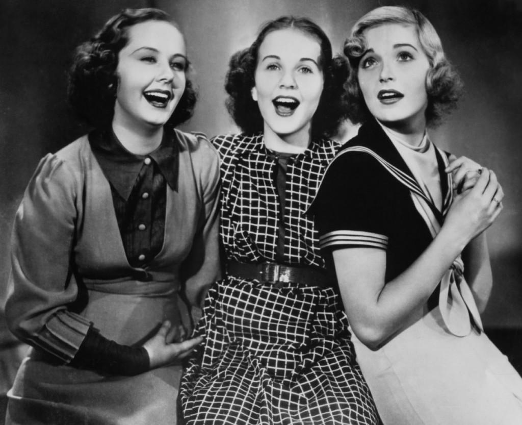 Три Девушки Безобразничают На Улице